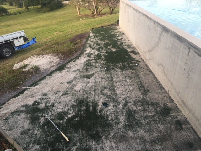 My new golf green covered with infill. In this new green you are able to use a white washed sand, which is cheaper and easier to use.
